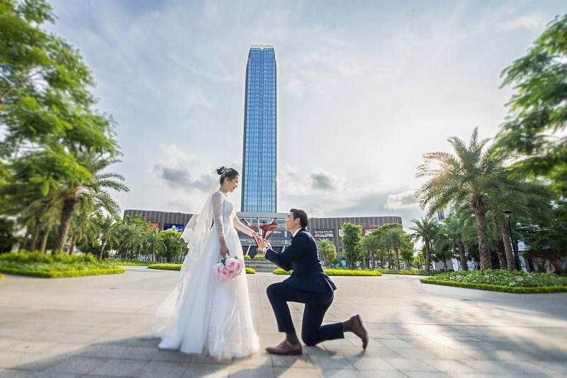 Việc lựa chọn địa điểm tổ chức đám cưới là một trong những vấn đề được các cặp đôi quan tâm hàng đầu. Các khách sạn nội đô của Vinpearl là một gợi ý khi nằm ở những vị trí đắc địa trong thành phố, thuận tiện di chuyển cho cả gia đình lẫn khách mời và có không gian đẳng cấp.