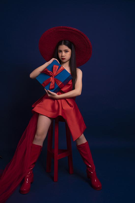 Cô bé cũng kết hợp trang phục với boot cao cổ để hoàn thiện vẻ ngoài sành điệu.