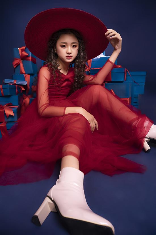 Mãu nhí Kim Chi ra dáng người lớn khi kết hợp váy voan dáng dài với boot thấp cổ và mũ rộng vành. Cô bé mới 11 tuổi nhưng đã cao 1,6m nên được nhiều nhà thiết kế chọn mặt gửi vàng, trong đó có Đỗ Mạnh Cường.