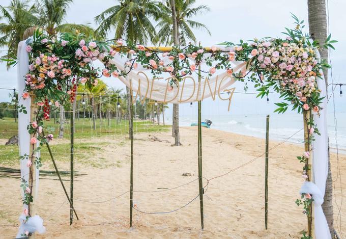 Buổi tiệc được tổ chức ở bãi biển Sonasea, một trong những bãi biển đẹp của biển đảo, với sự góp mặt của hơn 200 khách mời. Khu vực sân khấu được bố trí đơn giản với hoa tươi và chữ Wedding (đám cưới).