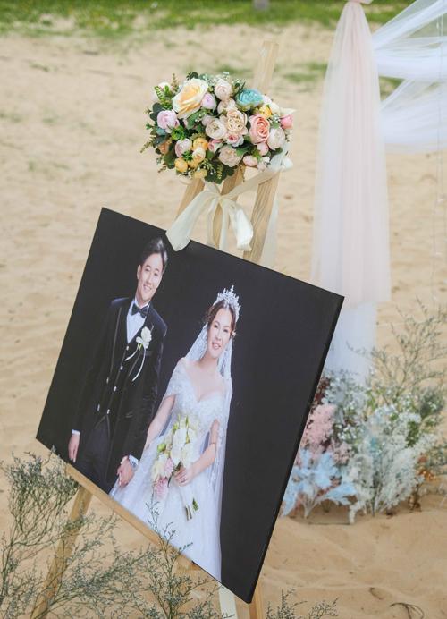 Thay vì sử dụng bảng tên welcome tiệc, cô dâu Ngọc Tiền chọn in ảnh pre-wedding, đặt trước khu vực tiếp tân.