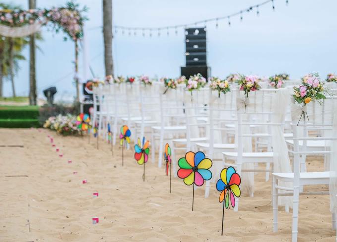 Chị sử dụng chong chóng màu sắc làm điểm nhấn cho lối đi thay vì nến hoặc hoa tươi để phù hợp với không gian thoáng gió.