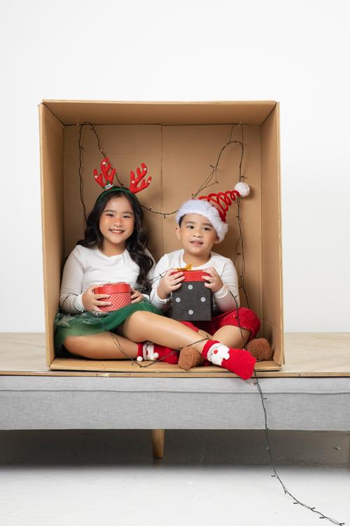 Mẫu nhí Suri Thiên Kim và em trai là Thiên Khôi cùng góp mặt trong bộ ảnh giới thiệu các kiểu trang phục mặc ở nhà vào mùa se lạnh cuối năm.