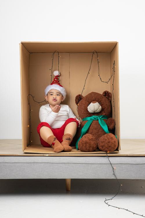 Các mẫu áo - quần thiết kế trên vải thun có độ co giãn cao, tông màu tươi sáng giúp các bé thỏa sức nô đùa.
