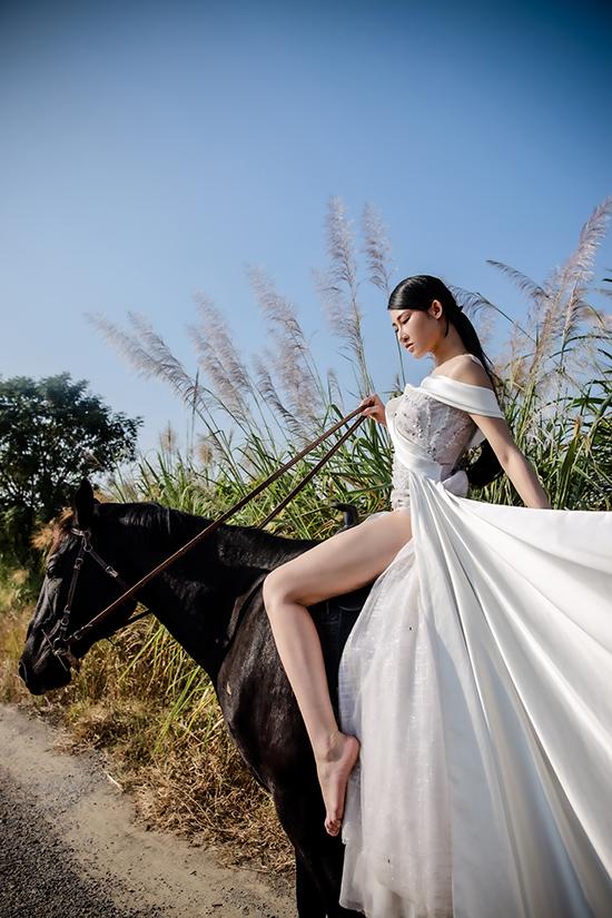 Sau khi đoạt giải Hoa hậu Du lịch châu Á 2019, Phạm Lan Anh sang Thụy Điển làm nghiên cứu sinh chuyên ngành kinh tế. Đầu năm 2020, cô được mời sang Ấn Độ dự fashion week rồi tiện đường về thăm nhà tại Việt Nam. Thế nhưng, Covid-19 diễn biến phức tạp khiến người đẹp chưa thể quay lại Thụy Điển như dự kiến.