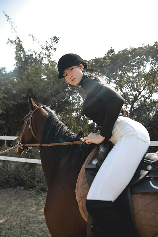 Phạm Lan Anh từng có thời gian học cưỡi ngựa nên không hề gặp khó khăn khi chụp hình thời trang trên yên ngựa.