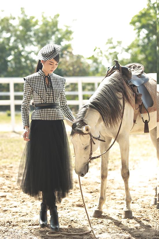 Để set đồ phong cách cổ điển mang hơi thở thời đại, Phạm Lan Anh chọn chân váy chất liệu voan kết hợp boot da.