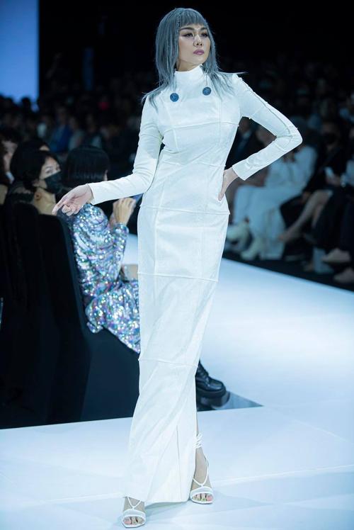 Trong đêm khai mạc tuần lễ thời trang uy tín - hoành tráng nhất năm, Thanh Hằng đảm nhận vai trò vedette trong phần giới thiệu bộ sưu tập của nhà thiết kế Nguyễn Công Trí.