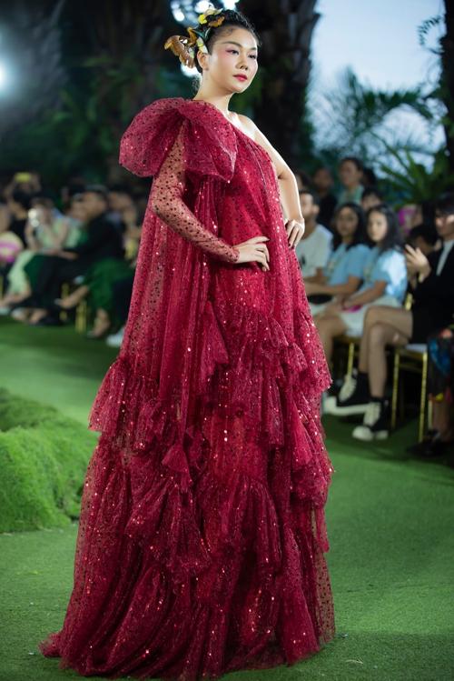 Sau dịch Covid-19, hàng loạt show diễn được tổ chức, Thanh Hằng là vedette không thể thiếu. Cô liên tục được các nhà thiết kế Việt chọn mặt gửi vàng.