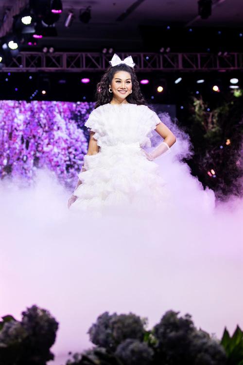 Với phong độ tốt, sự chuyên nghiệp trong cách làm việc và sức hút truyền thông, Thanh Hằng được các nhà mốt Phan Quốc An, Nguyễn Minh Công mời đảm nhận vị trí quan trọng nhất cho show diễn của họ.