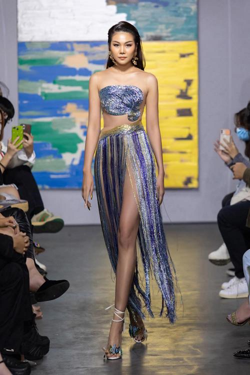 Trong show cá nhân đầu tiên của nhà thiết kế Trần Hùng, Thanh Hằng tiếp tục là điểm sáng và giúp nhà thiết kế trẻ nhận được nhiều lời khen ngợi từ giới mộ điệu trong nước.