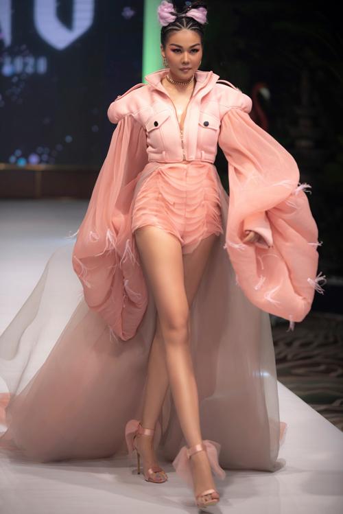 Diện trang phục với ký tự đặc biệt Thanh Hằng is the best Thanh Hằng góp phần mang tới thành công cho show cá nhân của nhà thiết kế Ivan Trần.