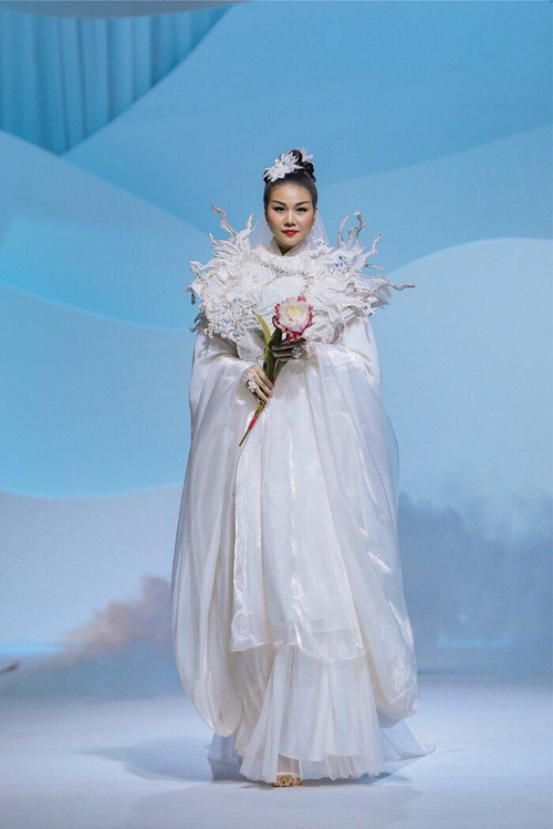 Mẫu trang phục độc đáo nhất ở bộ sưu tập Tìm người trong mộng của nhà thiết kế Thủy Nguyễn.
