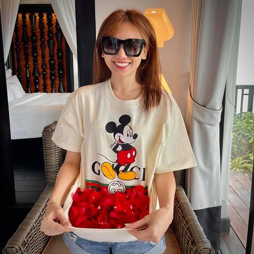 Hari Won thích thú với những cánh hoa hồng đỏ - biểu tượng của tình yêu được rải nhiều nơi trong phòng khách sạn.