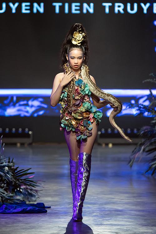 Mẫu nhí Bảo Hà tự tin catwalk cùng trăng. Em là mẫu nhí duy nhất tham gia trình diễn cùng dàn mẫu chuyên nghiệp ở show diễn này.