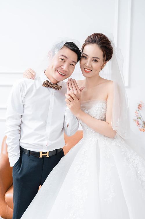Diễn viên hài Công Lý chia sẻ ảnh cưới bên bạn gái Ngọc Hà và hạnh phúc nói: Cuối cùng ngày ấy cũng đến... Ngày hai ta cùng về chung một nhà, cùng đeo trên tay một đôi nhẫn cưới.