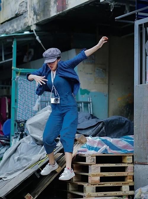 Hoàng Yến Chibi nhảy từ tầng hai của một khu chung cư cũ.