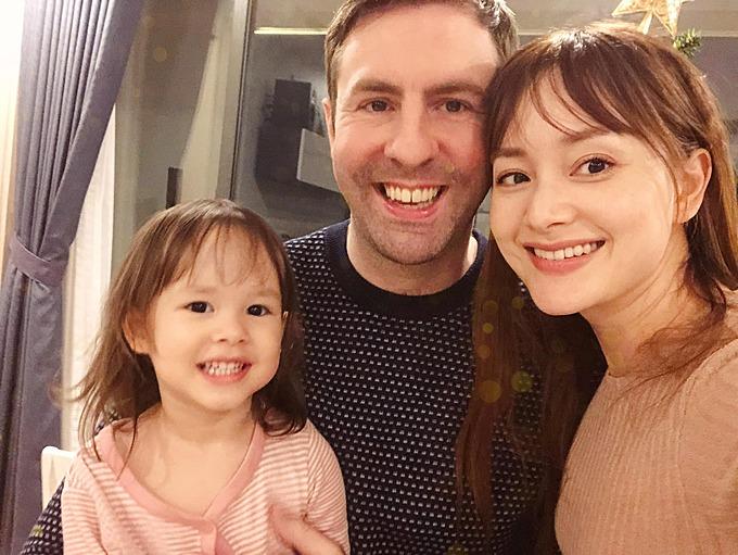 Diễn viên Lan Phương hạnh phúc bên chồng Tây và con gái.