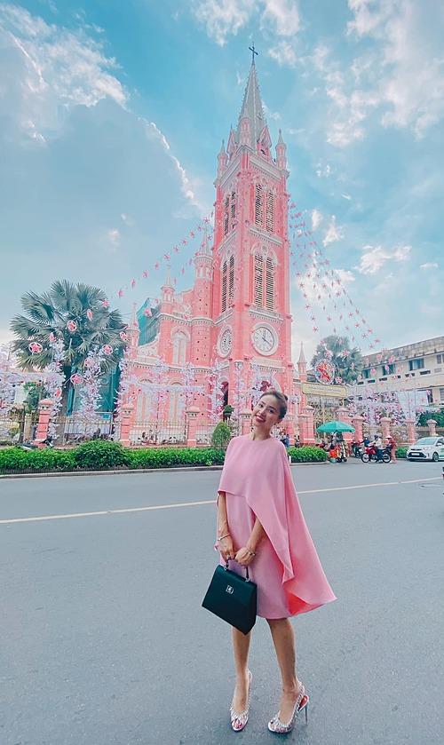 Vân Hugo diện nguyên cây hồng đồng điệu khi pose hình trước nhà thờ Tân Định (quận 3 - TP HCM).