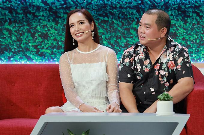 Nhạc sĩ Minh Khang tiết lộ bí quyết giữ hôn nhân hạnh phúc là anh thường xuyên nịnh bà xã. Thuý Hạnh gây bất ngờ khi bật mí ở nhà người chuyên leo trèo sửa chữa hư hỏng điện nước là cô chứ không phải ông xã.