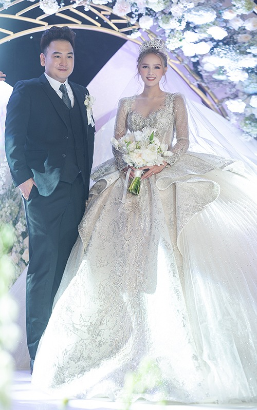 1. Váy cưới 28 tỷ đồng của Xoài NonVị trí đầu bảng của top váy cưới đắt đỏ năm 2020 thuộc về cô dâu Xoài Non. Ngày 14/11, chú rể Xemesis và cô dâu Xoài Non tổ chức đám cưới tại toà nhà cao nhất Đông Nam Á ở TP HCM. Chú rể Xemesis (sinh năm 1989) là streamer nổi tiếng, sở hữu kênh Youtube với gần 600.000 người đăng ký. Anh được dân mạng gọi là streamer giàu nhất Việt Nam khi sở hữu siêu xe BMW I8 trị giá hơn 7 tỷ đồng cùng nhiều đồng hồ, túi xách hàng hiệu và là anh họ của chồng người mẫu Diệp Lâm Anh. Còn cô dâu Xoài Non, tên thật là Phạm Thuỳ Trang, sinh năm 2002, TP HCM, là mẫu ảnh ở Sài Gòn.