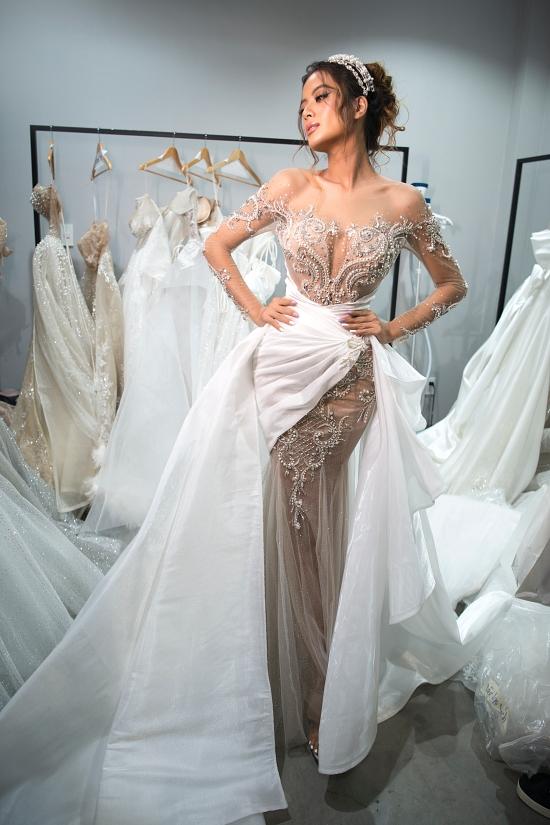 Siêu mẫu Như Vân diện đầm ren, đính kết hoạ tiết cầu kỳ., mang đến vẻ đẹp rực rỡ đúng như tinh thần bộ sưu tập.