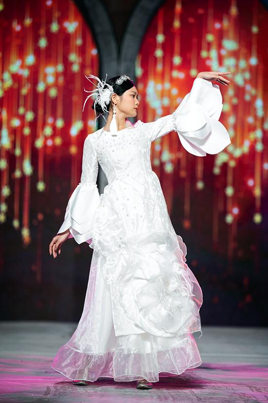 Show diễn của Phương Nguyễn Silk còn có sự tham gia của mẫu nhí Hà Thiên Trang. Cô bé trình diễn một thiết kế kết hợp từ organza và lụa với hoa 3D to bản.