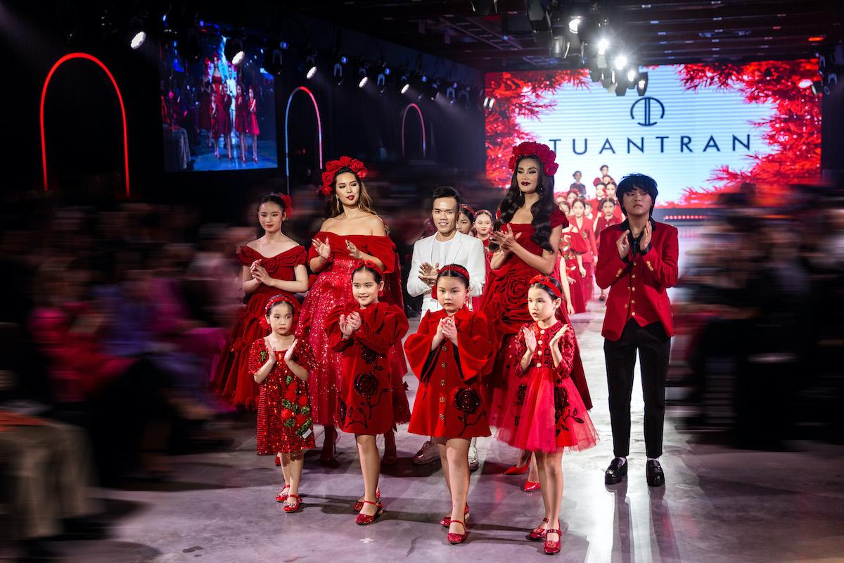 Hai siêu mẫu cùng nhóm Pinkids thu hút ánh nhìn nhờ những bộ móng đỏ rực hút mắt của nghệ sĩ nail Pang Mỹ Nguyên. Ảnh: Nguyễn Du.