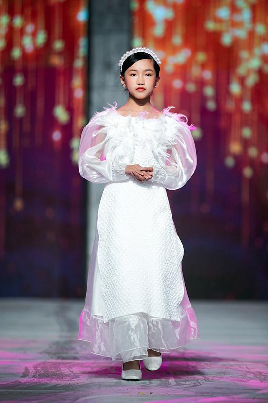 Chi tiết lông vũ đặc trưng của mùa đông cũng được khéo léo đưa vào từng thiết kế.