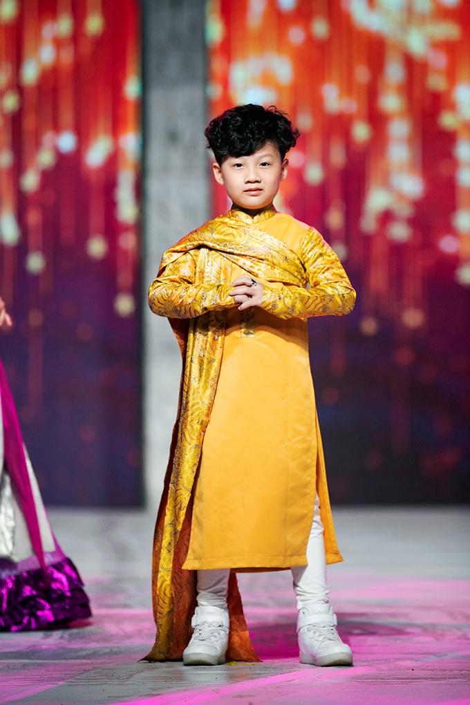 Áo dài bé trai cũng được thiết kế cầu kỳ với các chất liệu có độ cứng để tạo vẻ mạnh mẽ.