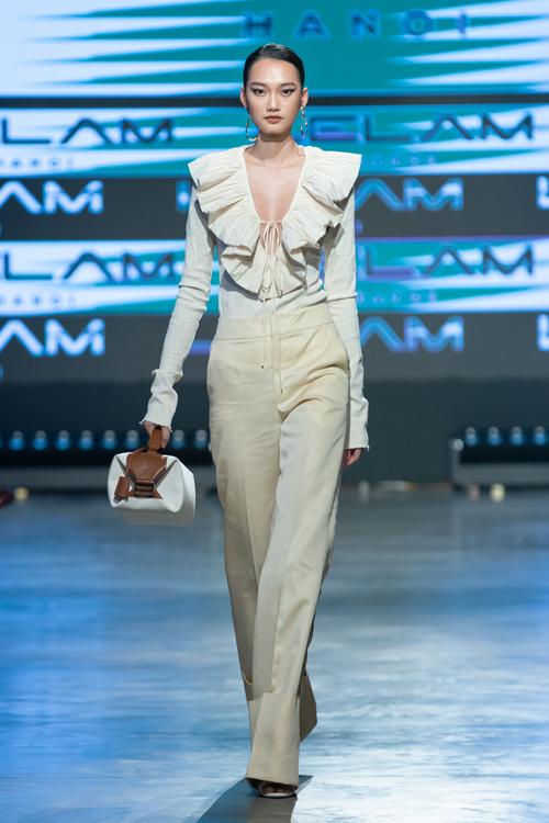Để tăng sự nữ tính và mang lại nét uyển chuyển cho áo blouse, nhà mốt còn khéo áo dụng những đường bèo nhún duyên dáng.
