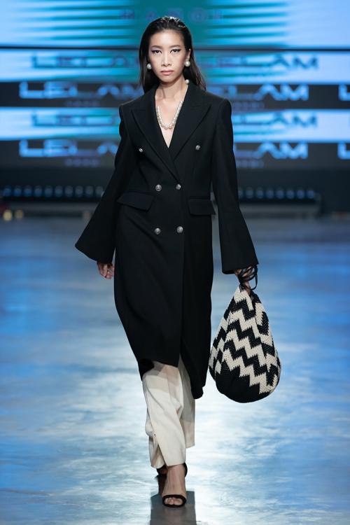 Những chiếc áo sơ mi với chất liệu vải nhún, những chiếc áo khoác cashmeer form đứng, thắt lưng da phối cùng váy búp bê được thể hiện bằng đường cắt may mạnh mẽ, rành mạch.