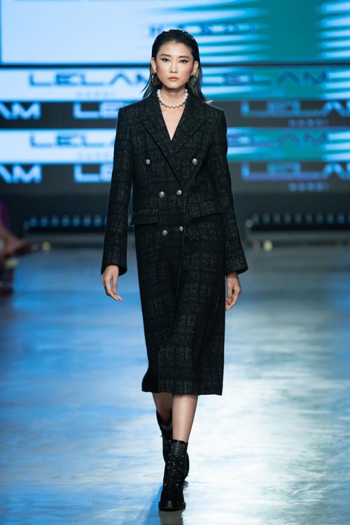 Trench coat, váy vest, áo blazer đứng dáng và được tạo dựng bởi kỹ thuật cắt ráp điệu nghệ là điểm thu hút ở bộ sưu tập này.