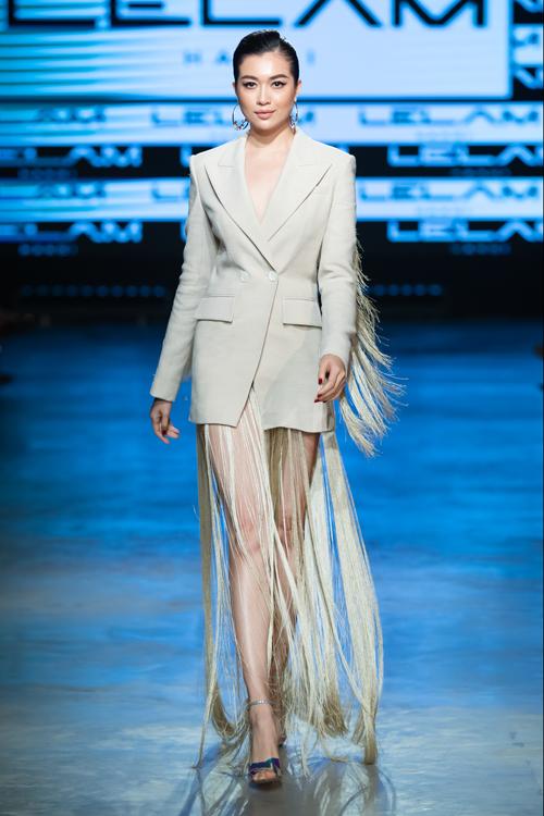 Xuất hiện trong ngày thứ 3 của Vietnam International Fashion Festival, Lệ Hằng diện trang phục thiết kế hiểm hóc lấy cảm hứng từ xu hướng blazer dress thịnh hành.