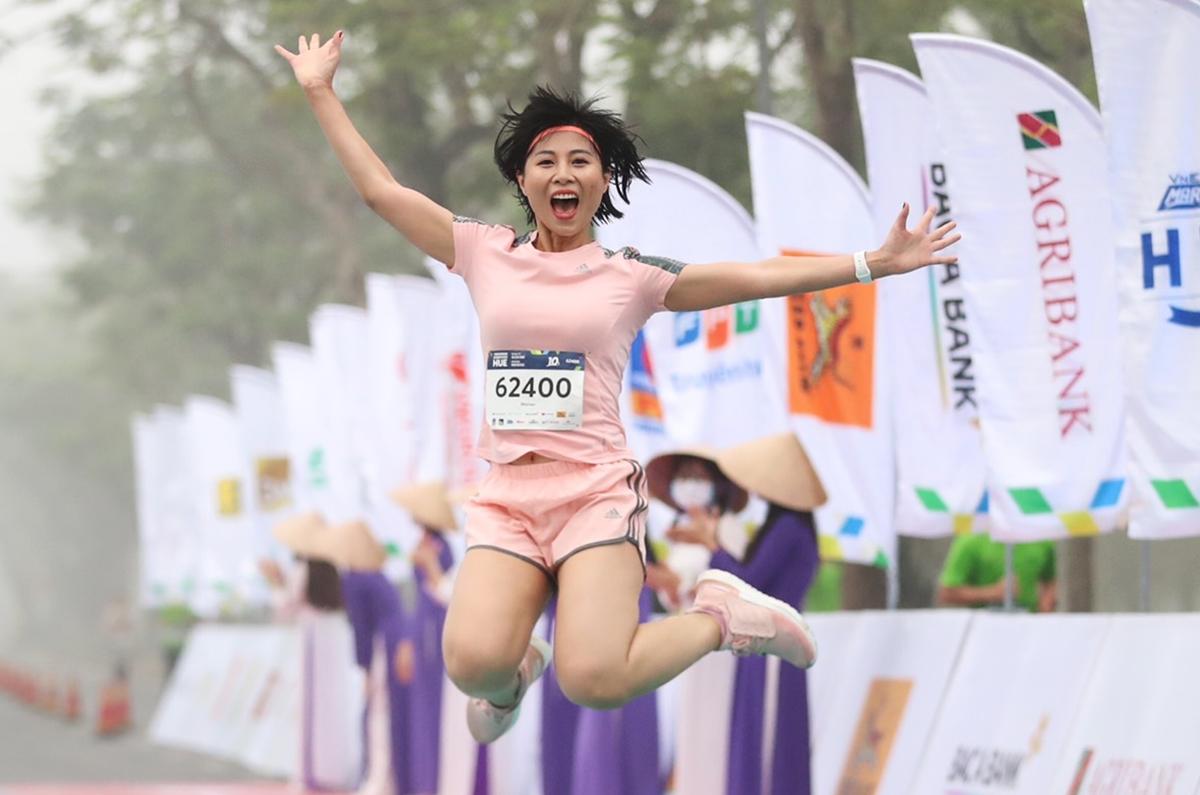 Chị Mai Liên nhảy cao ăn mừng khi chinh phục thành công đường chạy 10 km.