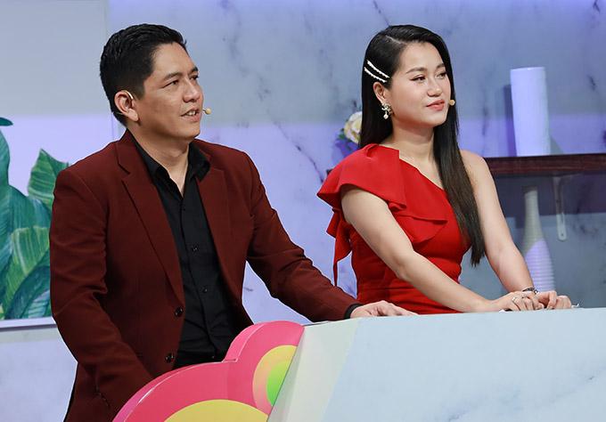 Hai MC Đức Thịnh và Lâm Vỹ Dạ chăm chú lắng nghe những tình huống xảy ra trong hôn nhân của hai cặp khách mời.
