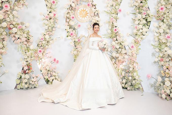 [Caption]Thúy Vân là một người ưa chuộng phong cách tối giản nhưng sang trọng, vì vậy, váy cưới của người đẹp được giản lược chi tiết và tập trung vào chất lượng vải hay đá pha lê.Để có một chiếc váy cưới theo đúng mong muốn của cô dâu, nhà thiết kế Linh Nga lựa chọn chất liệu vải satin duchesse màu trắng nhũ champagne tôn da cô dâu, có độ bóng nhất định, đảm bảo không bị chói sáng dưới ánh đèn flash.Để cô dâu Thúy Vân được nổi bật giữa dàn khách mời là sao hạng A đình đám trong showbiz Việt, nhà thiết kế sử dụng họa tiết baroque (Ba rốc) theo kiến trúc châu u, điểm xuyết ở vai, tay áo và tùng váy.Với chất liệu ren guipure sợi pha lê được đặt chế tác từ những nghệ nhân giàu kinh nghiệm nhất tại xưởng dệt thủ công vùng Loire - Pháp, đi cùng 10.000 viên đá swarovski ánh sáng lung linh.Nhà thiết kế Linh Nga cũng tiết lộ những con số nổi bật trong quá trình chuẩn bị váy cưới cho Á hậu Thúy Vân như đội ngũ hơn 20 người làm việc liên tục trong gần 2.000 giờ và tổng giá trị chiếc váy lên đến nửa tỷ đồng.