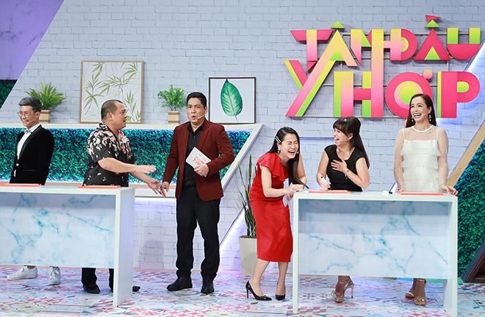 Lâm Vỹ Dạ cười lăn lộn khi nghe Thuý Hạnh kể chuyện bỏ quên chồng ở sân bay. Tập 35 chương trình Tâm đầu ý hợp phát sóng vào 21h30 thứ ba ngày 29/12 trên kênh HTV7.