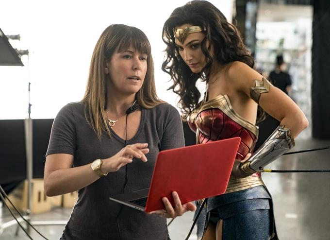 Đạo diễn Patty Jenkins và diễn viên Gal Gadot trên trường quay Wonder Woman 1984.