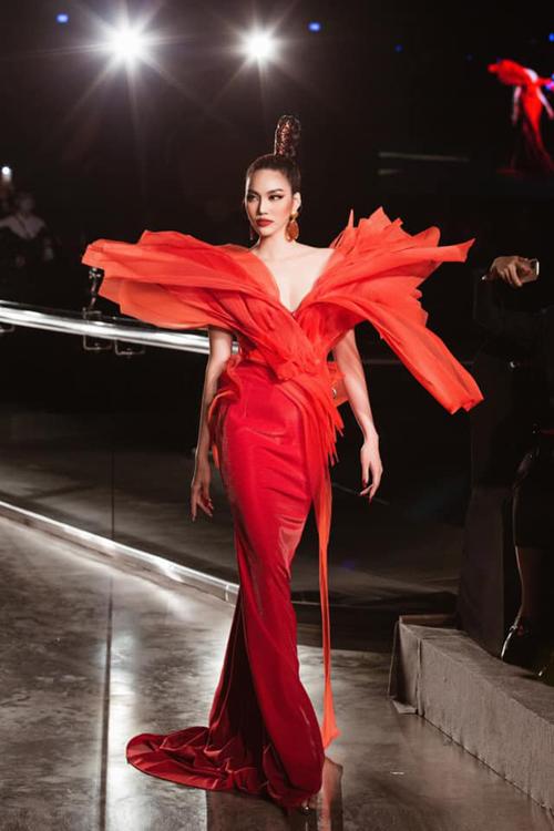 Ngoài Phương Mai, siêu mẫu Lan Khuê cũng góp mặt ở vai trò vedette cho bộ sưu tập Phoenix (Phượng Hoàng) của nhà thiết kế Hoàng Minh Hà.