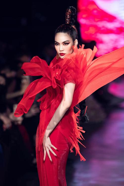 Váy dạ hội tông đỏ rực rỡ được tạo khối cầu kỳ giúp Lan Khuê nổi bật trên sàn diễn.