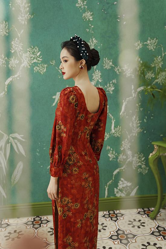 Thiết kế trước kín sau hở khoét rộng ở lưng giúp tôn bờ vai mịn màng, hõm lưng thon thả đồng thời là cách khoe vẻ gợi cảm ý nhị của người đẹp.