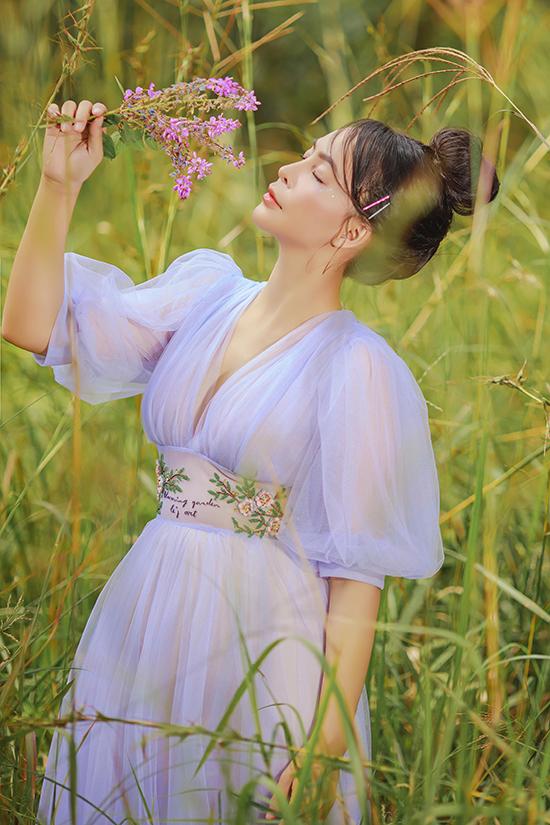 Họa tiết thêu hoa lá cùng tông với chất liệu voan trơn nhấn vào vòng eo nhỏ nhắn, khiến bộ đồ càng trở nên điệu đà.