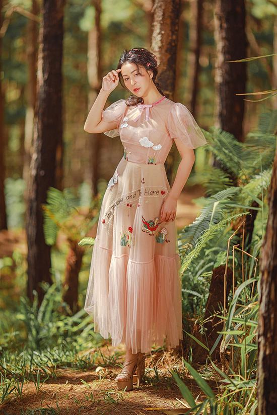Chiếc váy voan màu hồng pastel trở nên vui mắt hơn với nhiều họa tiết xinh xắn phủ khắp thân váy.