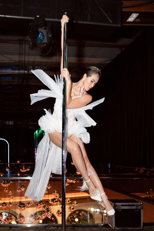 Diện thiết kế trắng gợi cảm và độc đáo, Phương Mai  thể hiện những động tác múa cột quyến rũ và nhận được tràng vỗ tay lớn của đông đảo khách mời.
