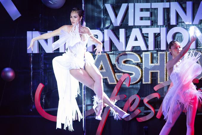 Cựu siêu mẫu thể hiện tài năng pole dance (múa cột) trên sàn catwalk khi đóng vai trò là first face cho show diễn của nhà thiết kế Hoàng Minh Hà tại 'Vietnam International Fashion Festival'.