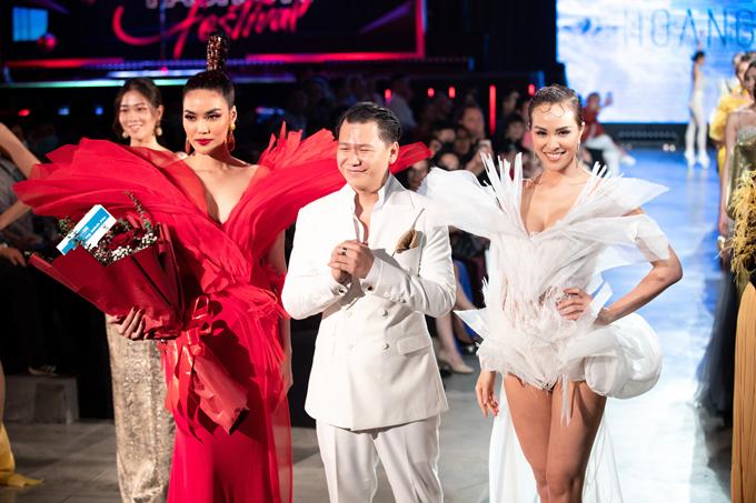 Lan Khuê (váy đỏ), nhà thiết kế Hoàng Minh Hà, Phương Mai (váy trawnfg) ở màn kết show.