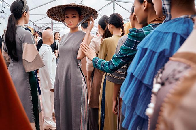 Bộ sưu tập áo dài của Cao Minh Tiến lấy cảm hứng những hang động của Vịnh Hạ Long - một trong bảy kỳ quan thiên nhiên thế giới.
