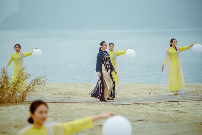 Sàn diễn dài hơn 100 mét được dựng trên bãi biển với phông nền là vẻ đẹp của biển trời xanh ngắt của vịnh Bái Tử Long.