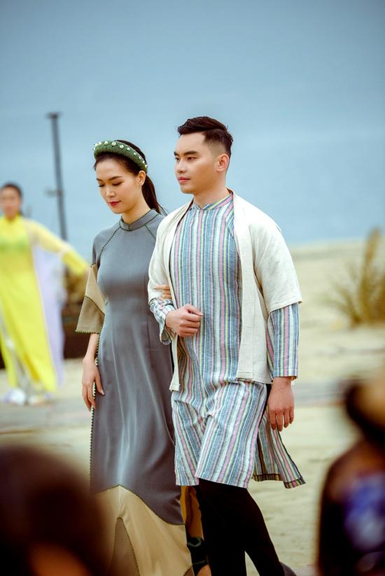 Thùy Dung khoác tay người mẫu Mạnh Khang khi làm vedette cho show Cao Minh Tiến. Hoa hậu Việt Nam 2008 giữ vững phong độ suốt đường catwalk dài hơn 100 m trên bãi biển của vịnh Bái Tử Long. Cách đây vài tuần, cô cũng diễn trong show của NTK Hoàng Hải tại Hà Nội.